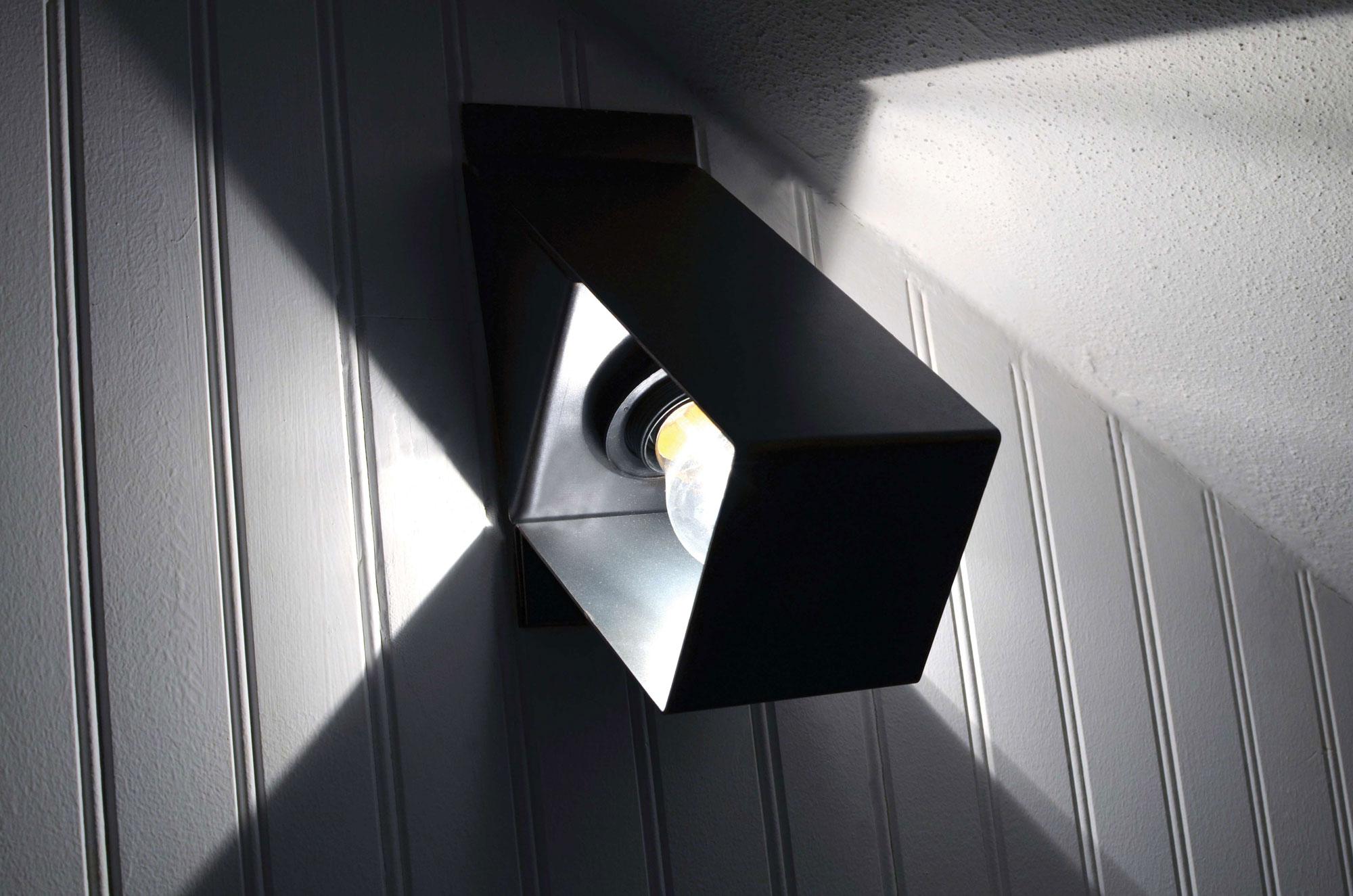 Applique acier tiquettes produit baru design for Luminaire plafonnier exterieur